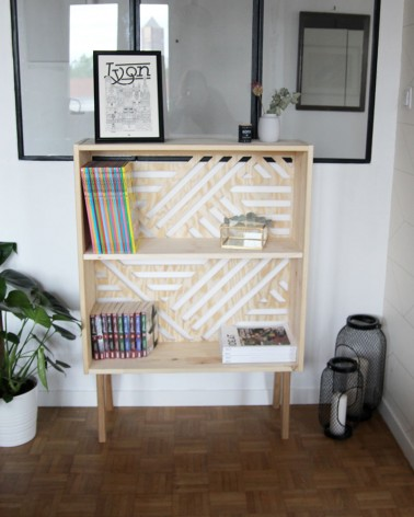 Buffet pin massif avec fond graphique Boost My Design. Pied compas chêne massif. Etagere, petite bibliotheque