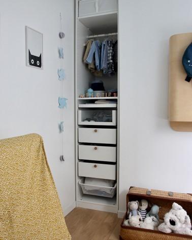 Poignée ronde en chêne fabriquée en France par Boost My Design, sur IKEA PAX dans une chambre d'enfant