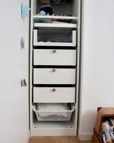 Poignée fabriquée en France, ronde en chêne massif, by Boost My Design, détail dans une chambre enfant sur dressing pax