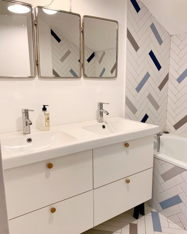 Poignée ronde fabriquée en France et en chêne par Boost My Design, sur un meuble de salle de bain IKEA