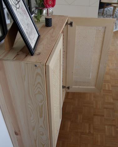 détail des portes en pin et rotin tressé cannage, fabriquées en France